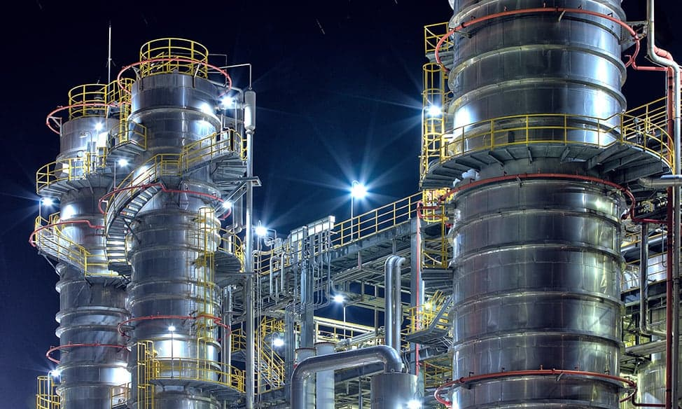 Produktionsanlagen einer Prozessindustrie bei Nacht