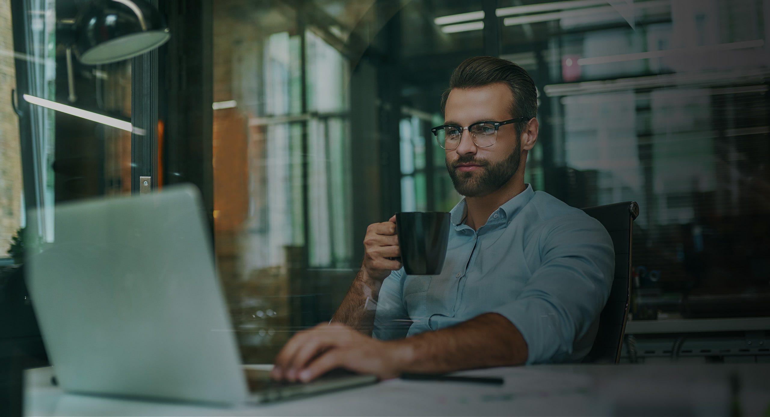 Ein Mann schaut ein Webinar auf seinem Laptop